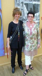 Karin och jag framför en av hennes fantastiska tavlor.