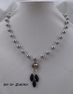 Halsband med grå pärlor och svarta daggers. 425kr