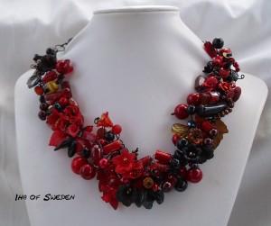 Röda-, svarta och bruna toner med svart wire. Görs endast på beställning. Pris 1.495kr