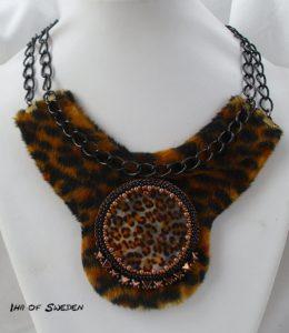 Temat: Helt djuriskt med leopardpäls, infattade en cabochon med leopard och kedjor.