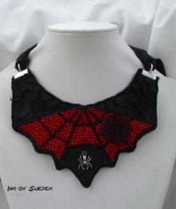 Temat var: Superhjältar, gjorde ett Spiderman med svart fiskskinn, broderade i rött och svart samt trädde ett spindelnät i wire.
